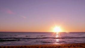 Solnedgång på Dunas Douradas strandseascape, destination i Algarve, Portugal arkivfilmer