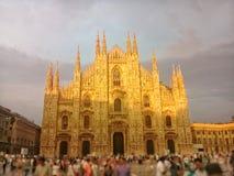 Solnedgång på duomoen av Milano arkivbild