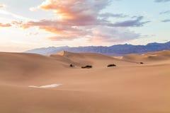 Solnedgång på dyn för Mesquitelägenhetsand i den Death Valley nationalparken, Kalifornien, USA Arkivbilder