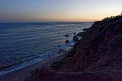 Solnedgång på El-matador State Beach, Malibu, Kalifornien fotografering för bildbyråer