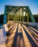 Solnedgång på en bro över den Prettyboy behållaren, i Baltimore County royaltyfri bild