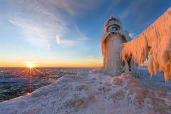 Solnedgång på en djupfryst pir för St Joseph Michigan - Michigan Arkivbild