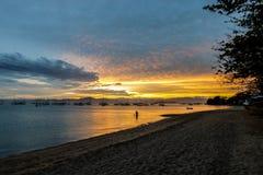 Solnedgång på en by för fiskare` s i Florianopolis Arkivfoton