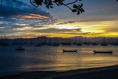 Solnedgång på en by för fiskare` s i Florianopolis Arkivfoto