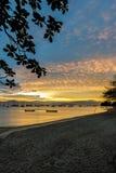 Solnedgång på en by för fiskare` s i Florianopolis Arkivbilder