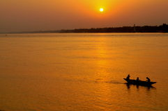 Solnedgång på en flod Arkivbilder