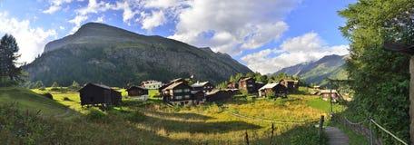 Solnedgång på en gammal by från Zermatt royaltyfri fotografi