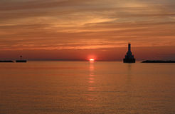 Solnedgång på en Great Lakes hamn Arkivfoto