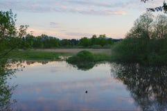 Solnedgång på en lake Fotografering för Bildbyråer