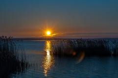 Solnedgång på en lake arkivfoto