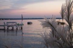 Solnedgång på en lake arkivbild