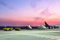 Solnedgång på en landningsbana Fotografering för Bildbyråer