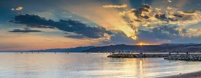 Solnedgång på en offentlig strand av Eilat - berömd semesterortstad i Israel Fotografering för Bildbyråer