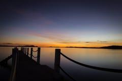 Solnedgång på en pir på den Coron ön, Palawan, Filippinerna royaltyfria foton