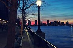 Solnedgång på en pir på Hudson River Arkivbild