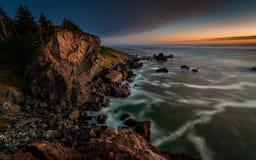 Solnedgång på en Rocky Beach, nordliga Kalifornien kust Arkivfoton