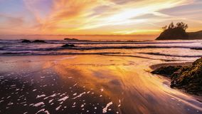 Solnedgång på en Rocky Beach, nordliga Kalifornien kust Royaltyfri Bild