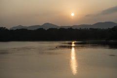 Solnedgång på en sjö i Polonnaruwa, Sri Lanka Arkivbild