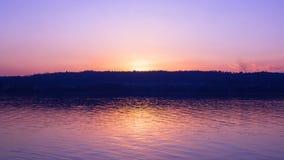 Solnedgång på en sjö i sommarperiod Arkivbilder
