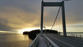Solnedgång på en stor bro Royaltyfri Foto