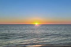 Solnedgång på en strand i västra Australien royaltyfri fotografi