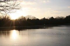 Solnedgång på en tältplats royaltyfri bild
