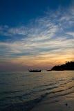 Solnedgång på en thailändsk strand Royaltyfria Foton