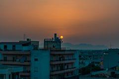 Solnedgång på en tom stad fotografering för bildbyråer