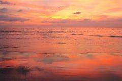 Solnedgång på en tropisk strand Royaltyfria Bilder