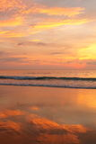 Solnedgång på en tropisk strand Arkivbild