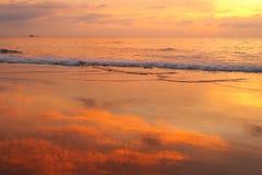 Solnedgång på en tropisk strand Arkivbilder