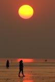 Solnedgång på en tyst strand Royaltyfri Fotografi