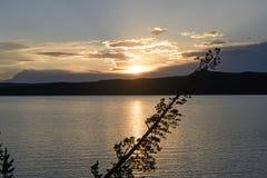 Solnedgång på en västra sjö royaltyfri fotografi
