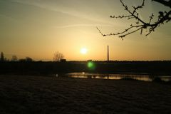 Solnedgång på ett hav i Tyskland arkivbild