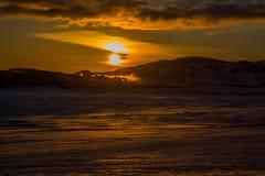 Solnedgång på ett svavelfält royaltyfri bild