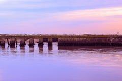 Solnedgång på föreningspunkten av floden Blyth och den Dunwich floden i Southwold royaltyfria foton