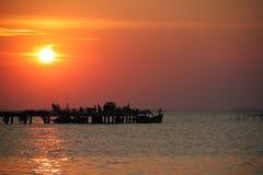 Solnedgång på fiskepir Arkivbilder