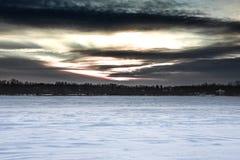 Solnedgång på fiskmås sjön Arkivfoto