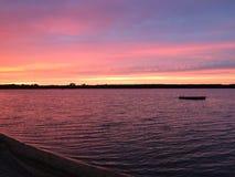 Solnedgång på fjärden med skeppsdockan arkivfoto