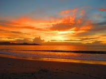 Solnedgång på flamingostranden Costa Rica royaltyfria foton
