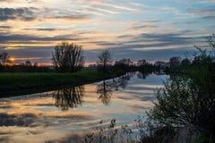 Solnedgång på floden Arkivbild