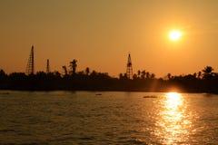 Solnedgång på floden Arkivfoton