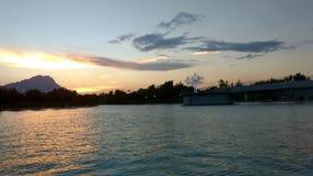 Solnedgång på floden arkivbilder