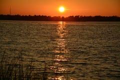 Solnedgång på floden Royaltyfri Foto
