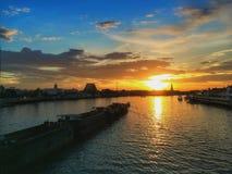 Solnedgång på floden av liv Arkivfoto