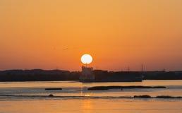 Solnedgång på floden Elbe nära Hamburg fotografering för bildbyråer
