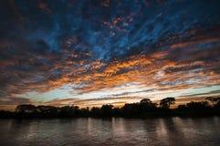 Solnedgång på floden i Brasilien royaltyfria foton