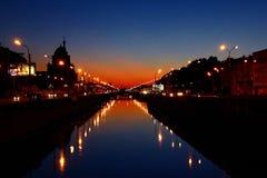 Solnedgång på floden i St Petersburg arkivbild