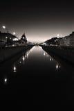 Solnedgång på floden i St Petersburg arkivfoto