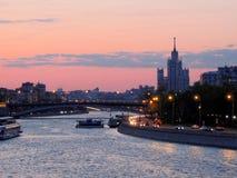 Solnedgång på floden i staden Arkivbild